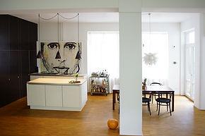 In den offenen Wohnraum wurde eine kleine Küchenzeile mit Insel integriert.