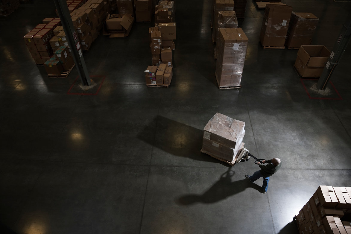 warehouse-worker-using-a-manual-pallet-j