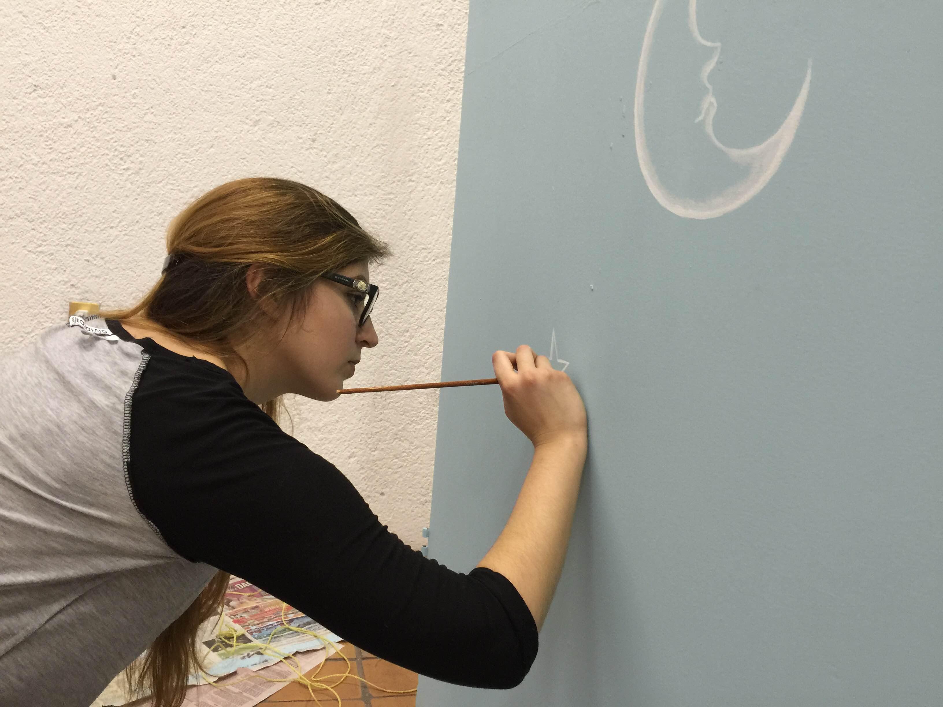 Alumna  diseñando escenografía para cortometraje