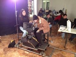 Alumnas operando cámara de cine