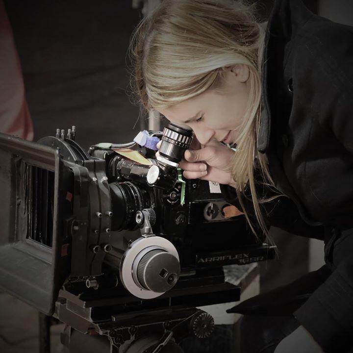 Alumna filmando corto