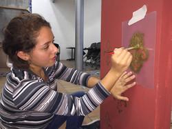 Alumna de Dirección de Arte decorando set