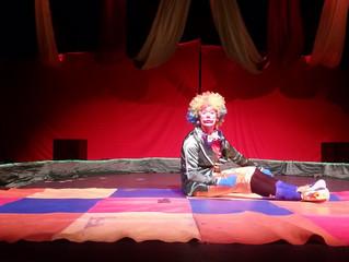 Du cirque: una manzana masticada