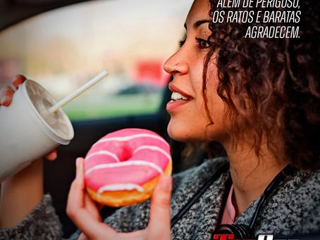 Comer dirigindo: Além de perigoso, os ratos e baratas agradecem.
