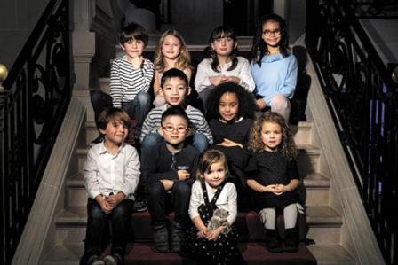 groupe d'enfants dans un escalier