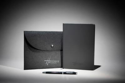 Ensemble pochette en feutrine noire, carnet et stylo