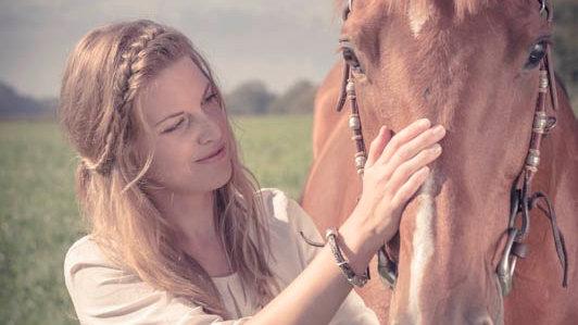 Halskette aus Pferdehaar mit Pferd