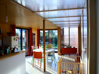 Les espaces proposés sont traversants et lumineux. La cuisine organise le pivot entre les espaces de jours et de nuit et ceux du jardin.