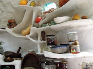 Cuisine sculptée à la main. Originale et sur mesure, cet aménagement caractérise la spatialité des Kerterres.