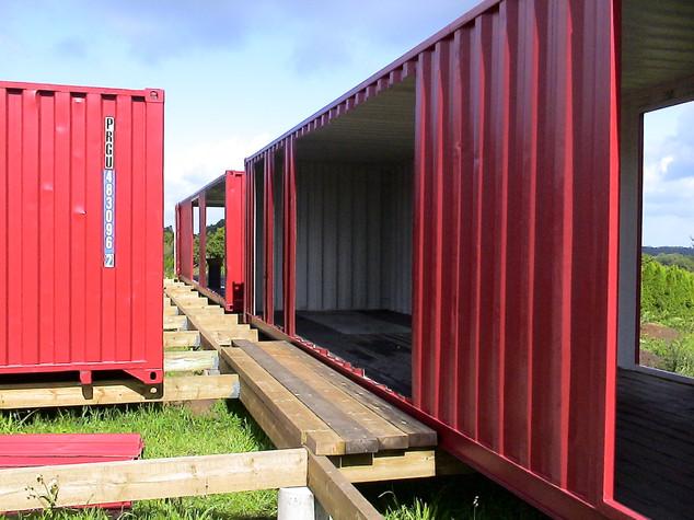 Livraison depuis le port du Havre et pose des trois conteneurs sur site.