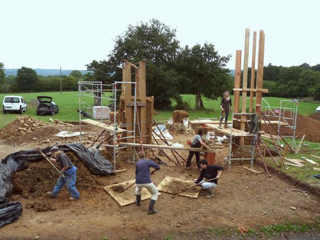 Cycle d'acheminement du chantier. La terre, mélangée avec des fibres, est utilisée pour  construire les six piliers en bauge.