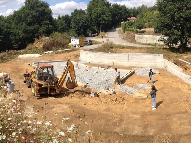Strate par strate, le mur de soutainement en béton de ciment coffré permet d'inscrire le projet dans le dénivelé du terrain.