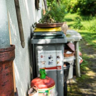 Par conviction, Yves a aménagé sa maison pour récupérer l'eau de pluie, trier les déchets et cultiver des plantes.