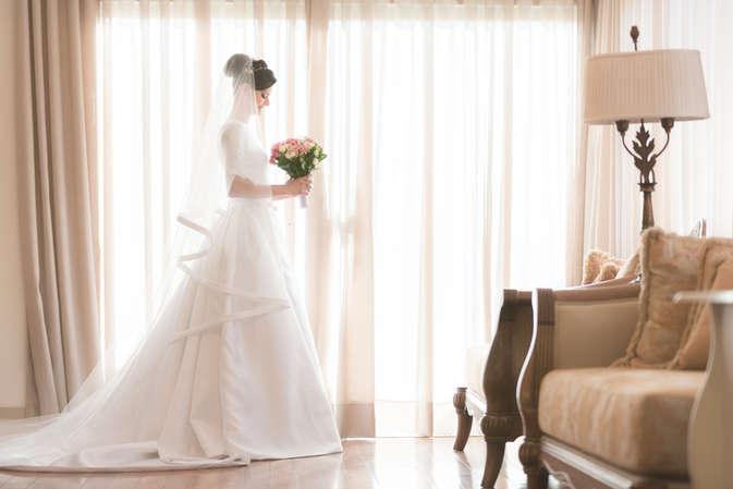 Noiva se arrumando em atelier