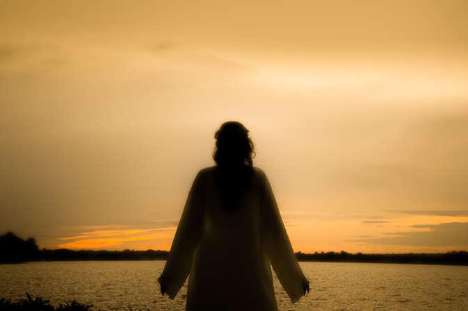 Ensaio fotográfico de 15 anos na beira do lago ao pôr do sol, debutante