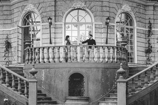 Casal passeando por castelo, Villa Giardini