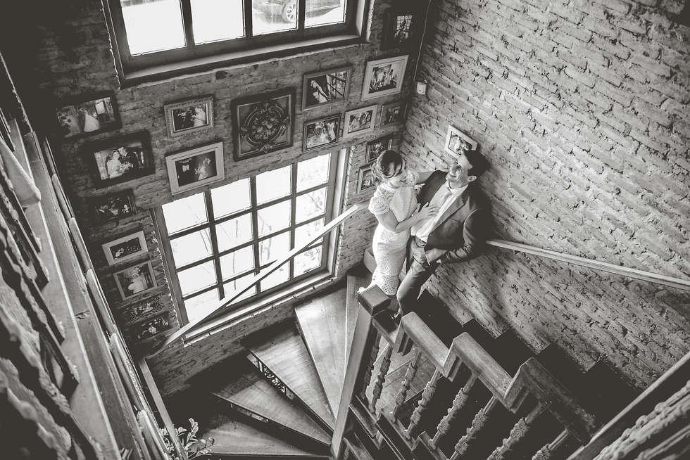Casal em escadaria de restaurante italiano