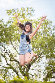 Ensaio fotográfico de 15 anos, debutante pulando