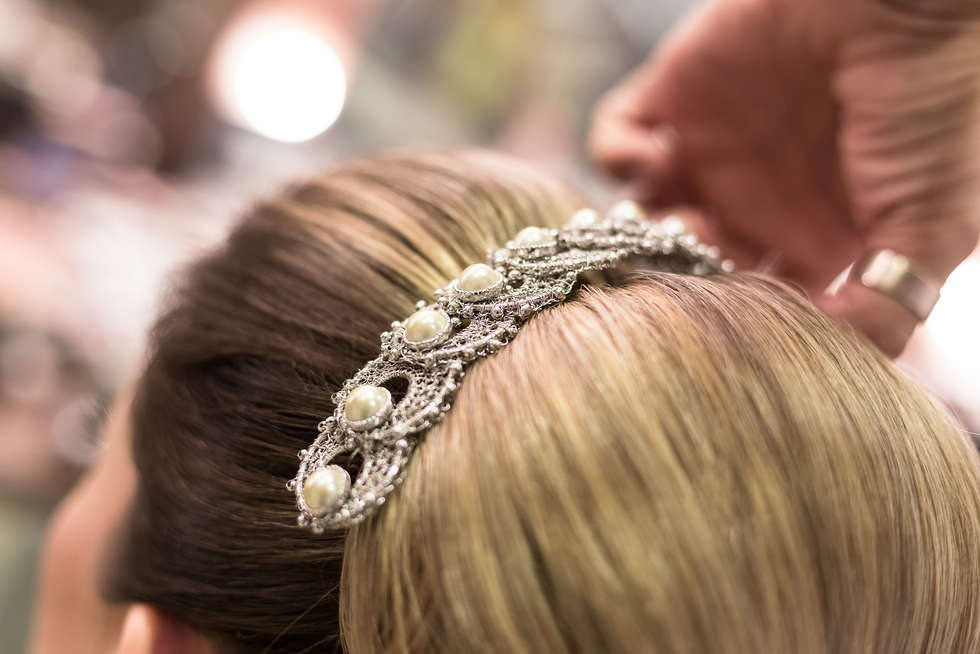 Noiva preparando o cabelo no salão