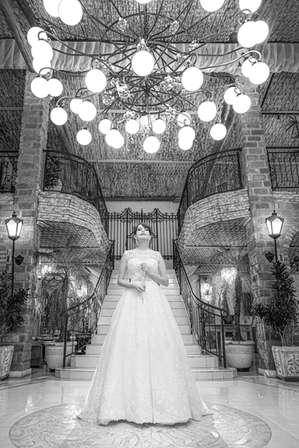 Noiva com rosário sob lustre
