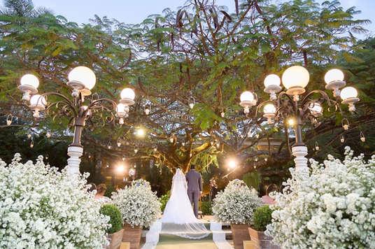 Casamento embaixo de árvore no espaço renascença