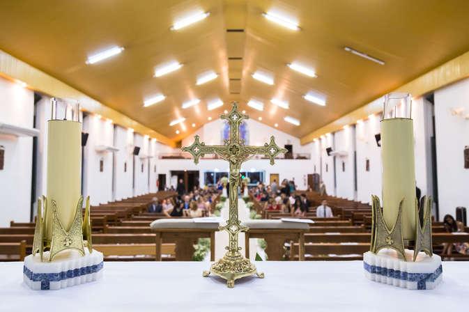 Cruz e velas no altar da igreja