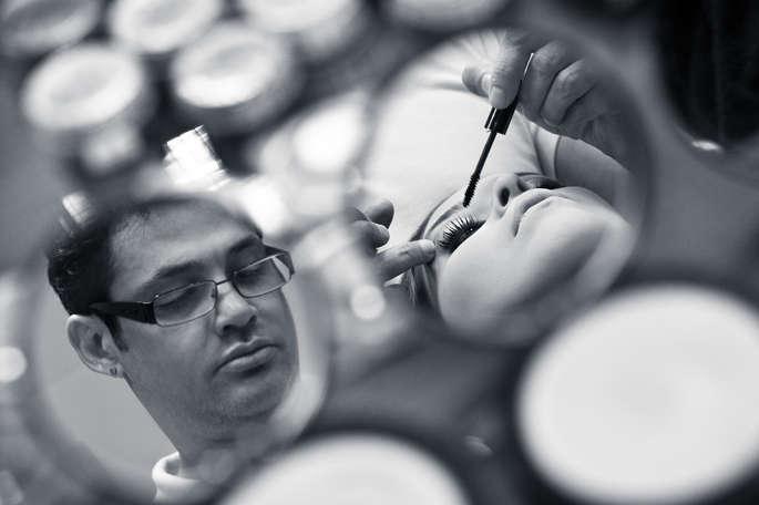 Noiva sendo maquiada pelo Ricardo Maia
