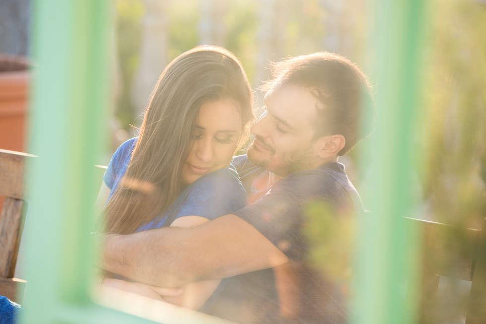 Casal abraçado através da janela