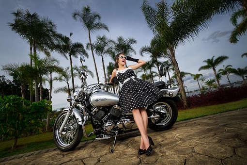 Ensaio fotográfico de 15 anos com moto no Pontão em Brasília, debutante