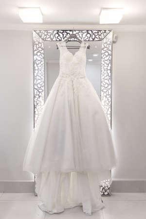 Vestido de noiva pendurado em espelho