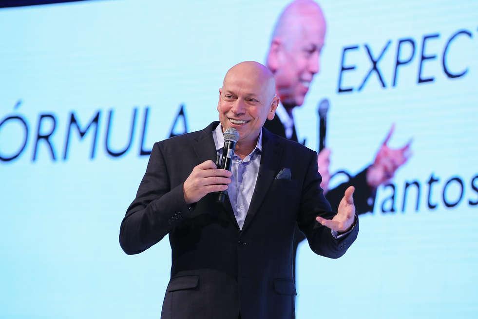 Leandro Karnal palestrando em evento corporativo em Brasília