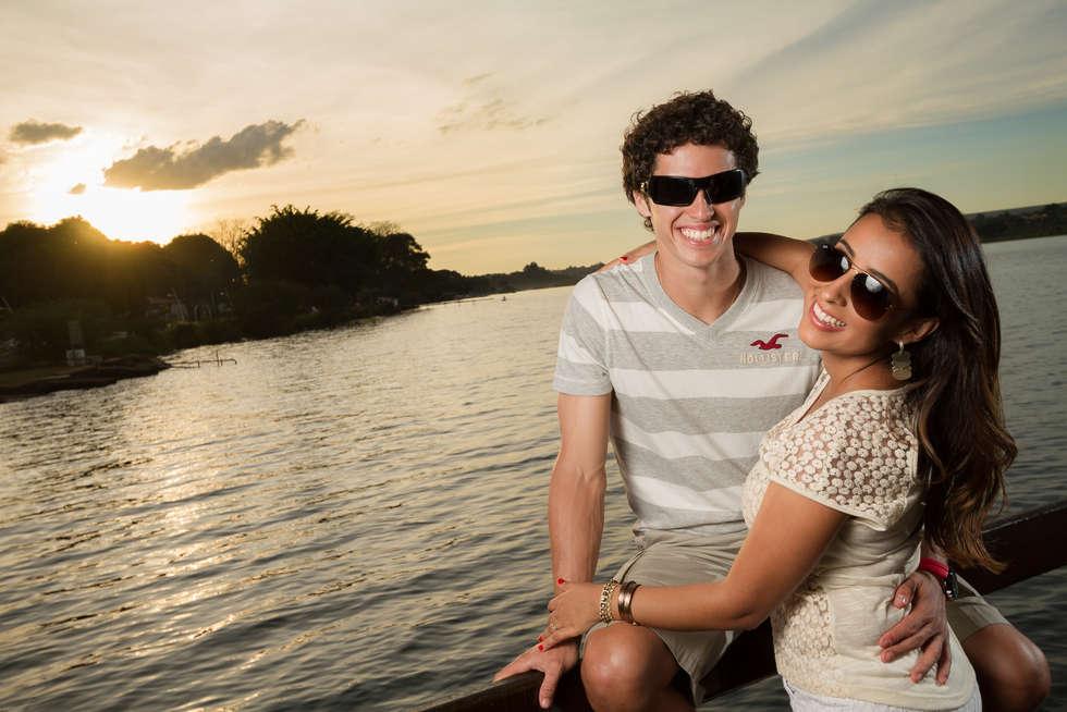 Ensaio fotográfico com casal na beira do lago paranoá ao por do sol