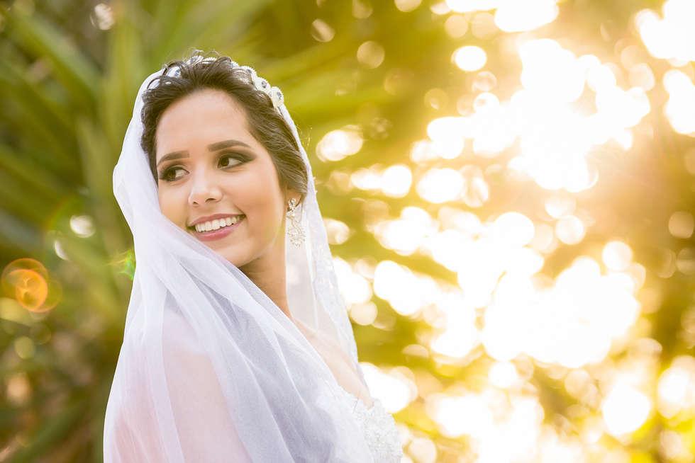 Noiva rindo no pôr do sol