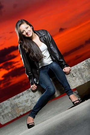 Ensaio fotográfico de 15 anos no pô do sol avermelhado, debutante