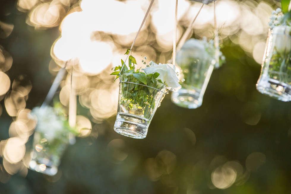Decoração de flores em copos pendurados