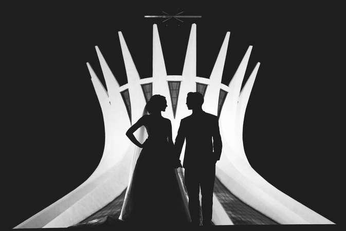 Silhueta noturna de casal em frente a Catedral Metropolitana de Brasília