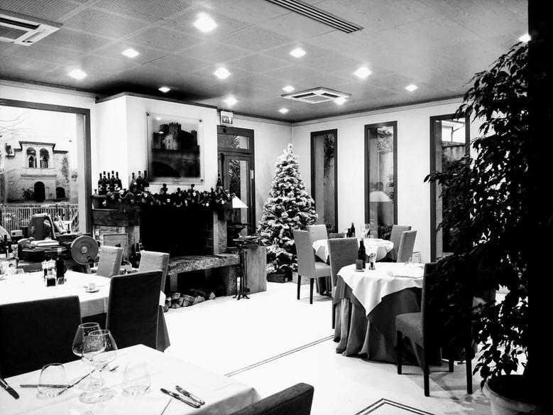 Sala ristorante con allestimento natalizio