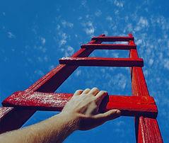 """Video zeigt die Entscheidungsfindung für das Intensivcoaching. Bild 1 zeigt eine rote Leiter, die in den Himmel ragt. Auf einer Leitersprosse liegt eine Hand auf. Dann folgt der Text """"Träumst Du davon Führungskraft zu sein? Bild 2 zeigt 2 Pfeile, die in entgegen gesetzte Richtungen zeigen. Auf den Pfeilen steht Old Job und New Job."""