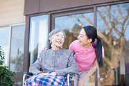 42819071-おばあちゃんが介護や車椅子.jpg