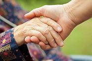 32107897-医師の手のしわのある高齢者の手を握って.jpg