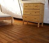Habitación con suelo de tarima