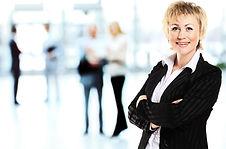 Lächelnde moderne Geschäftsfrau