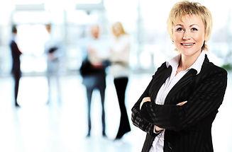 Улыбаясь Современная деловая женщина