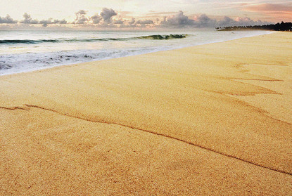 Estou fotografando uma pousada na Praia de Maracaípe, são 04:50h da manhã, o Sol está começando a sair. A praia de Maracaípe é conhecida por suas ondas, polo de campeonatos de surf em Pernambuco. Nessa hora o mar está calmo, o vento está leve, mas as ondas deixaram sua assinatura na areia, como uma renda cuidadosamente estendida na praia.