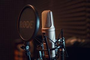 silver-dynamic-microphone-on-black-micro