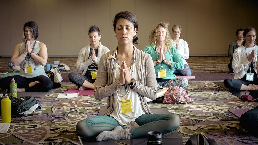 Mujeres meditando - Erik Brolin