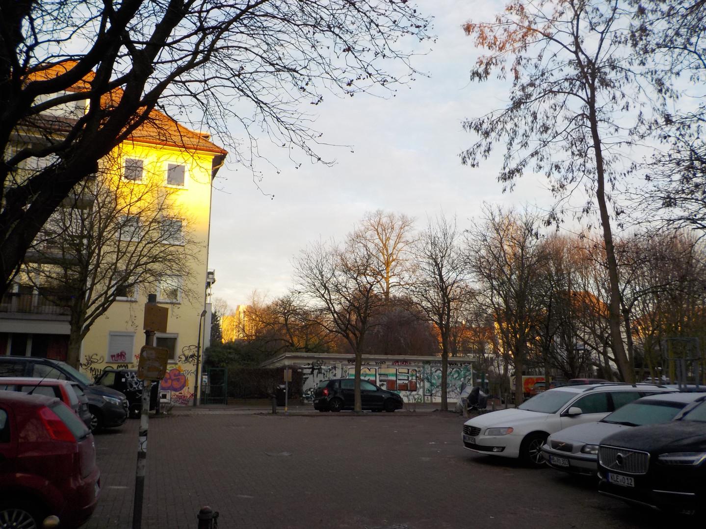 Albrechtstraße_Blick_auf_Hochhaus.JPG