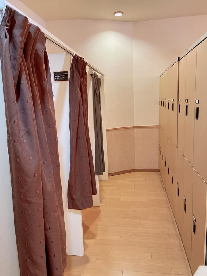 更衣室、ロッカ-