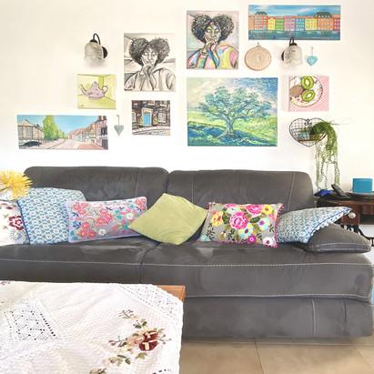 חדר מגורים וקיר תמונות ואביזרים