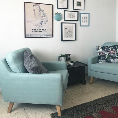 אזור ישיבה וקיר תמונות